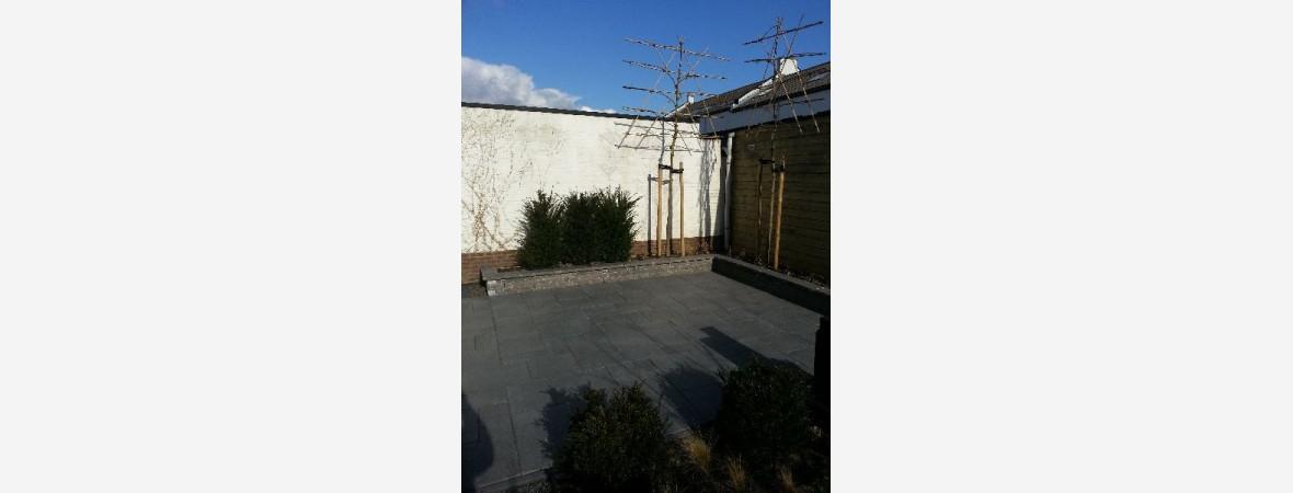 Betonnen tegels in tuin